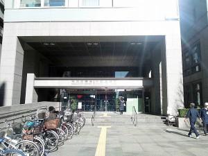 杉並区役所。区役所を越えるとパールセンター入口がありますが、そこは通過して下さい。